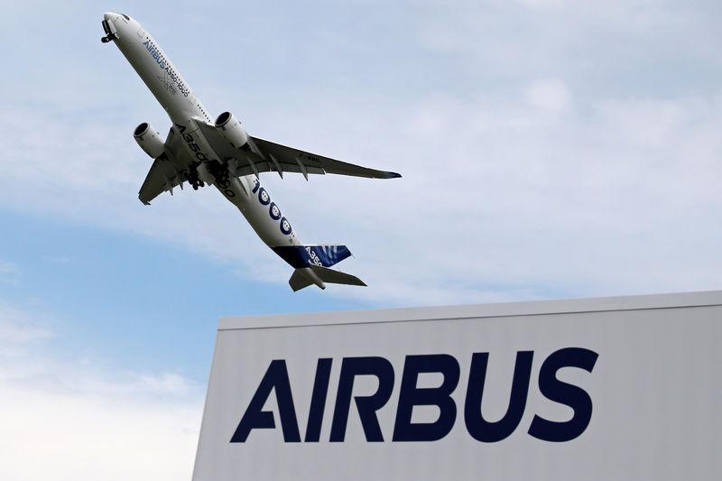 © Reuters. An Airbus A350-1000 performs during the 53rd International Paris Air Show at Le Bourget Airport near Paris