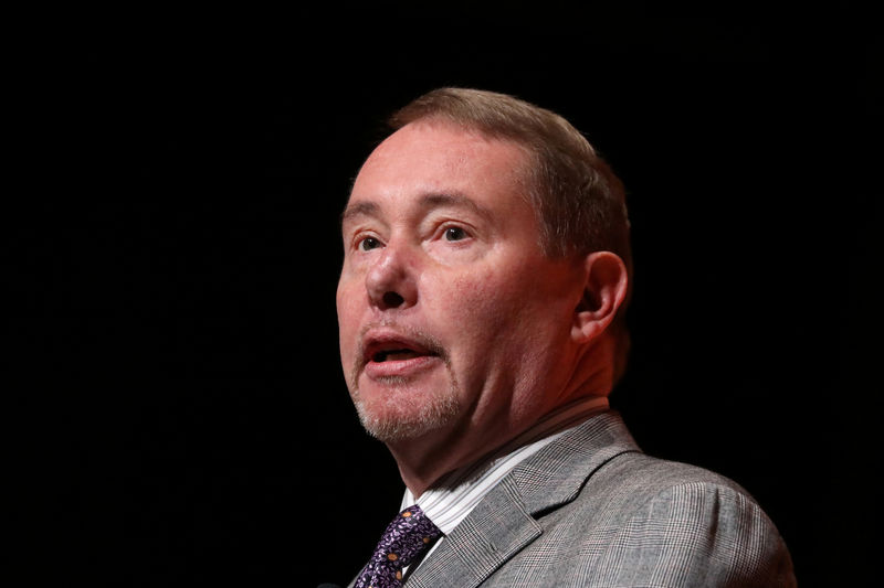 © Reuters. FILE PHOTO: Jeffrey Gundlach,CEO of DoubleLine Capital LP, presents during the 2019 Sohn Investment Conference in New York