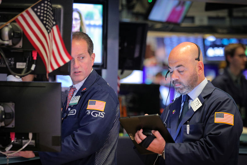 © Reuters. FILE PHOTO: Traders working on the NYSE floor in New York