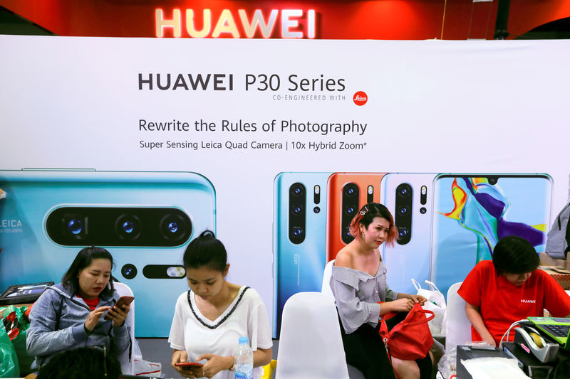 © Reuters. People visit the Huawei stand at the Mobile Expo in Bangkok