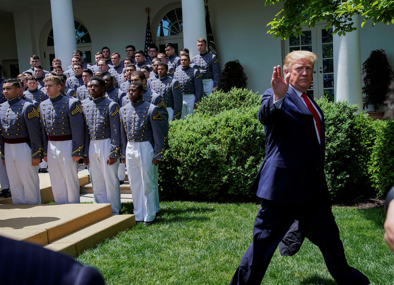 © Reuters. U.S. President Trump welcomes U.S. Military Academy Football Team at the White House in Washington