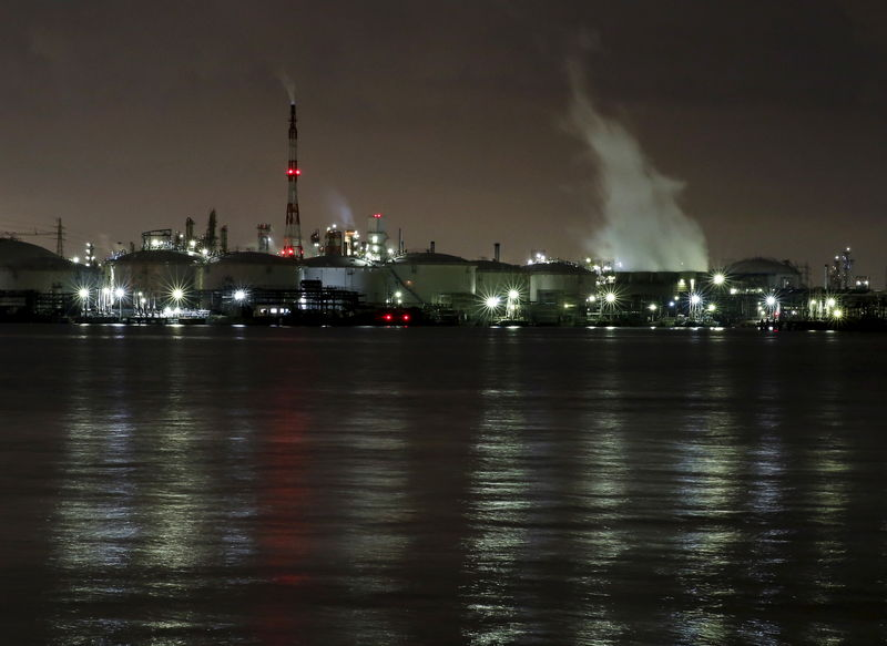 © Reuters. Smoke rises from factories at factories at the Keihin industrial zone in Kawasaki