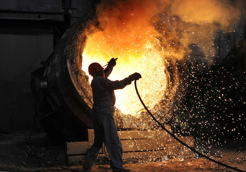 © Reuters. FILE PHOTO: An employee working at Maanshan steel and iron factory in Hefei