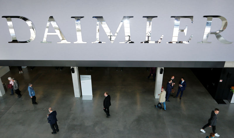 © Reuters. The Daimler logo is seen before the Daimler annual shareholder meeting in Berlin,