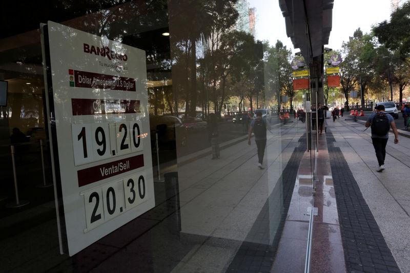 Foreign bond buyers lift Mexico peso despite trade threats, downgrades