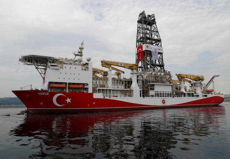 © Reuters. FILE PHOTO: Turkish drilling vessel Yavuz sets sail in Izmit Bay, on its way to the Mediterranean Sea, off the port of Dilovasi