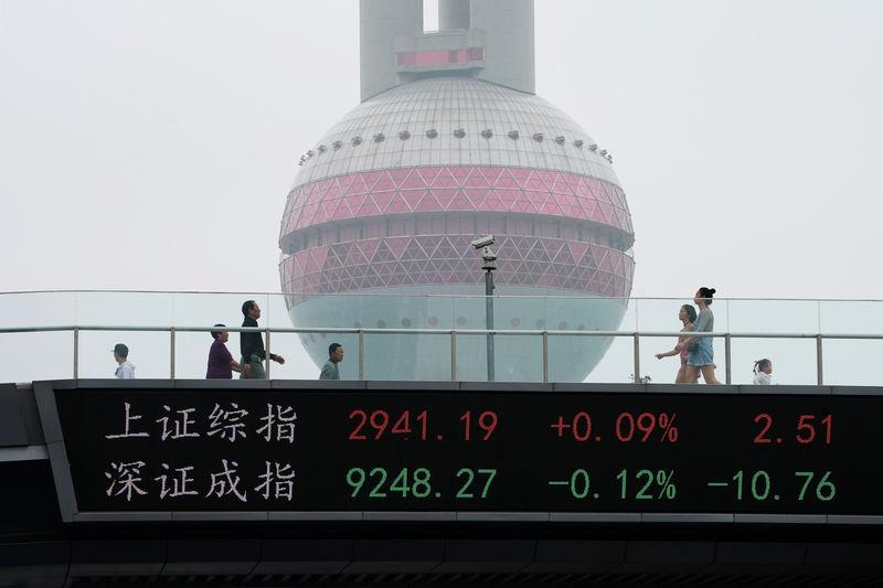 © Reuters. Painel com cotações das bolsas de Xangai e Shenzhen em Xangai, na China