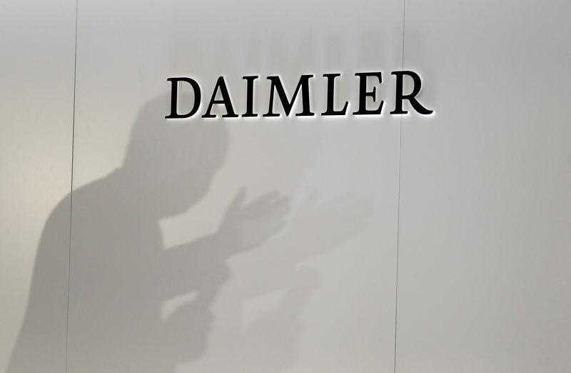 © Reuters. DAIMLER AVERTIT SUR SON BÉNÉFICE TRIMESTRIEL