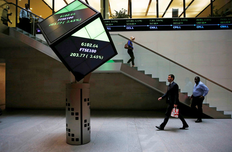 © Reuters. People walk in the lobby of the London Stock Exchange in London