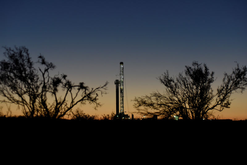 © Reuters. A horizontal drilling rig on a lease owned by Parsley Energy operates at dawn in the Permian Basin near Midland