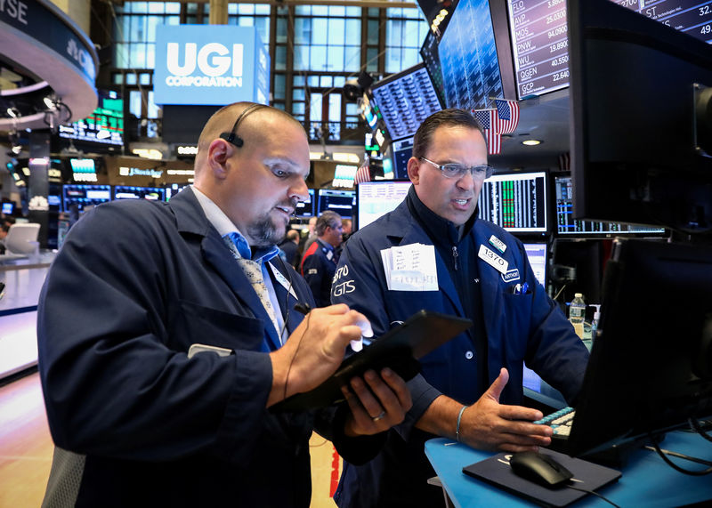 © Reuters. Traders working on the NYSE floor in New York