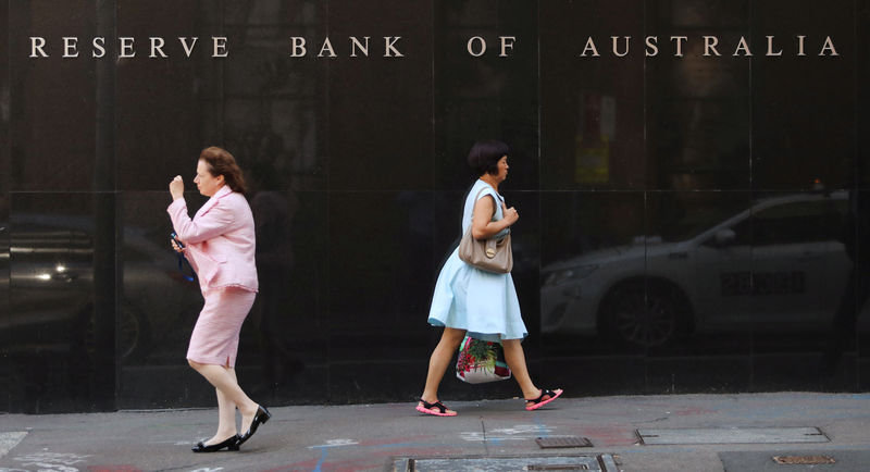 © Reuters. Two women walk next to the Reserve Bank of Australia headquarters in central Sydney