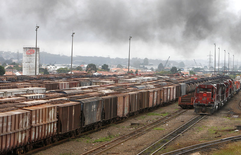 © Reuters. FILE PHOTO: Trains carrying soybeans are seen near the port of Paranagua in the southeastern Brazilian city of Curitiba