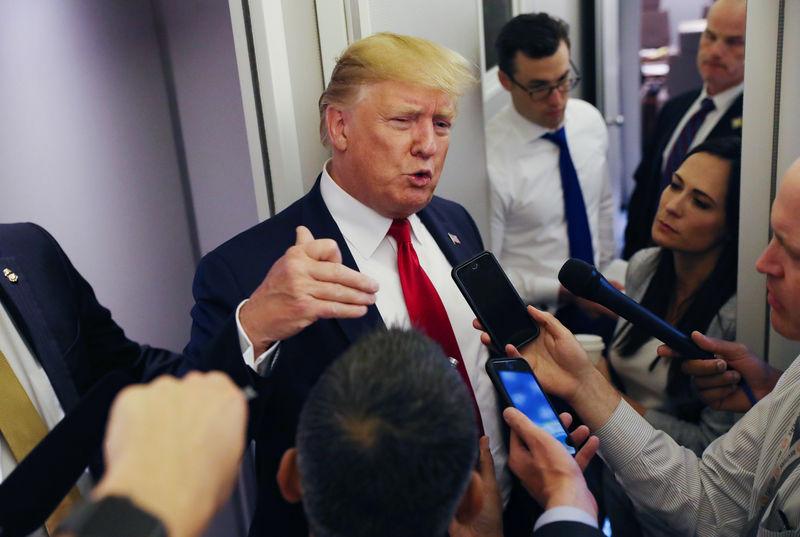 © Reuters. Persone escono dalla Borsa di New York