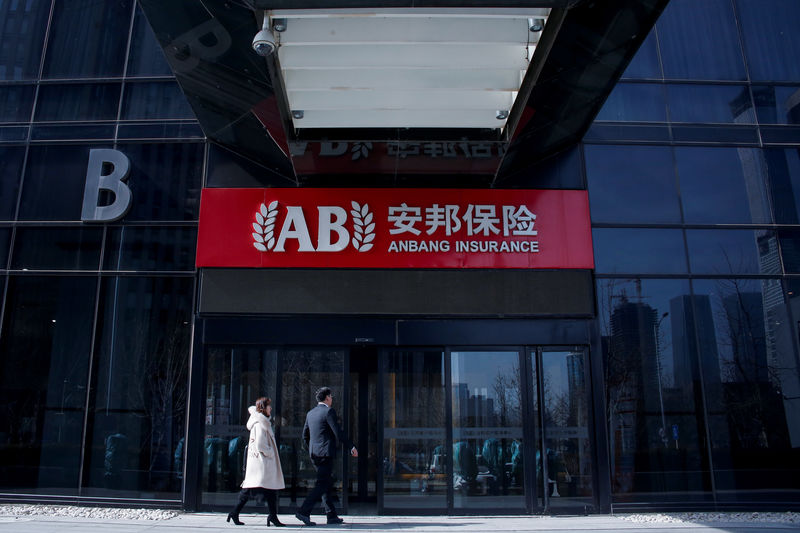 © Reuters. People enter the office of Anbang Insurance Group in Beijing