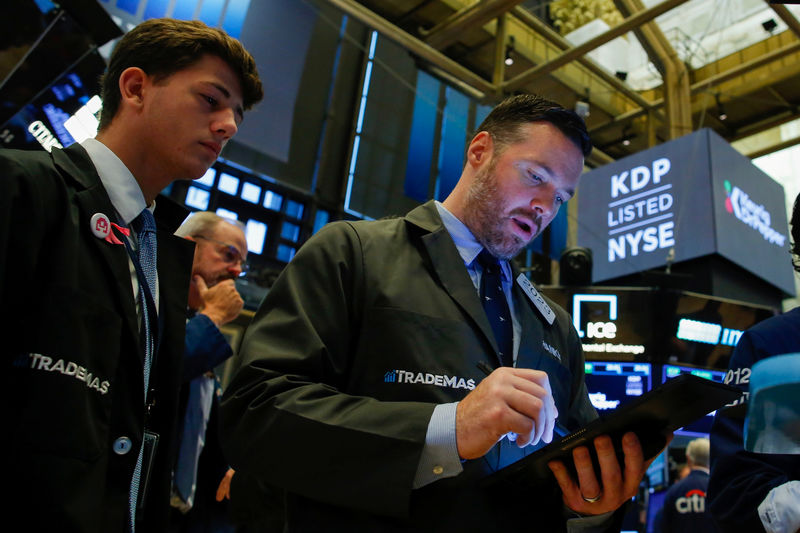 © Reuters. Traders operate on the floor of the New York Stock Exchange (NYSE) in New York