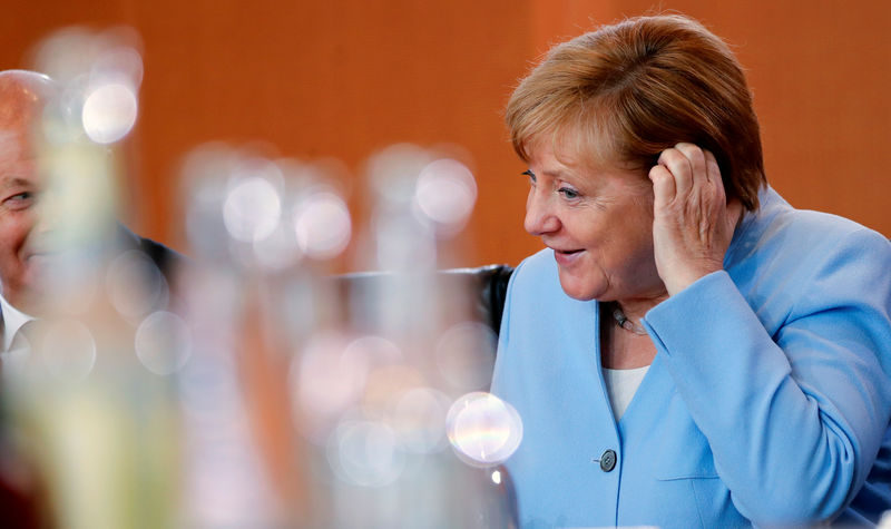 © Reuters. German Chancellor Angela Merkel leads the weekly cabinet meeting in Berlin