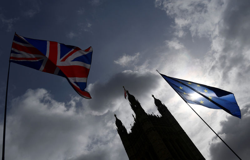 © Reuters. The British union flag and the EU flag are seen flying near the Houses of Parliament, in London, Britain