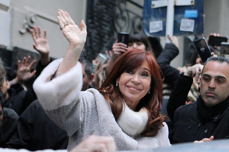 © Reuters. Ex-presidente argentina Cristina Kirchner sai de prédio em Buenos Aires após reunião com o candidato a presidente Alberto Fernández