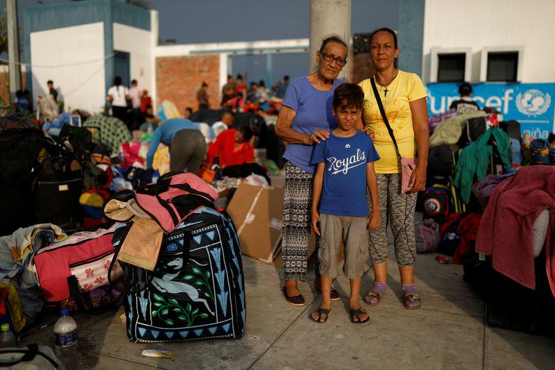 © Reuters. Imigrantes venezuelanos na fronteira entre Equador e Peru