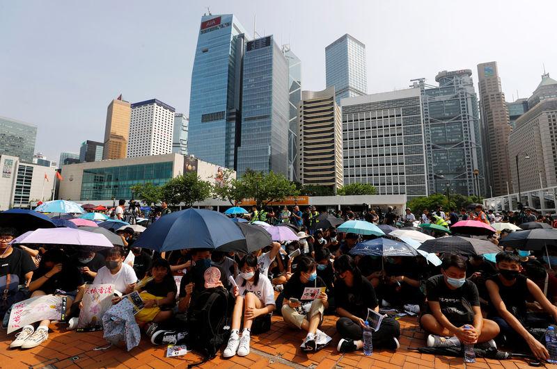 Hong Kong banks condemn violence as jewelers seek to postpone trade fair