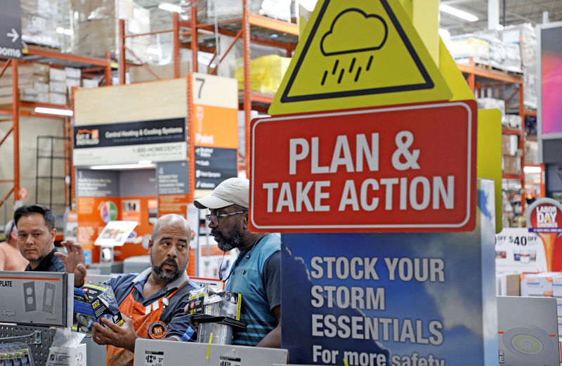 © Reuters. Home Depot worker helps a customer get supplies ahead of the arrival of Hurricane Dorian in Kissimmee