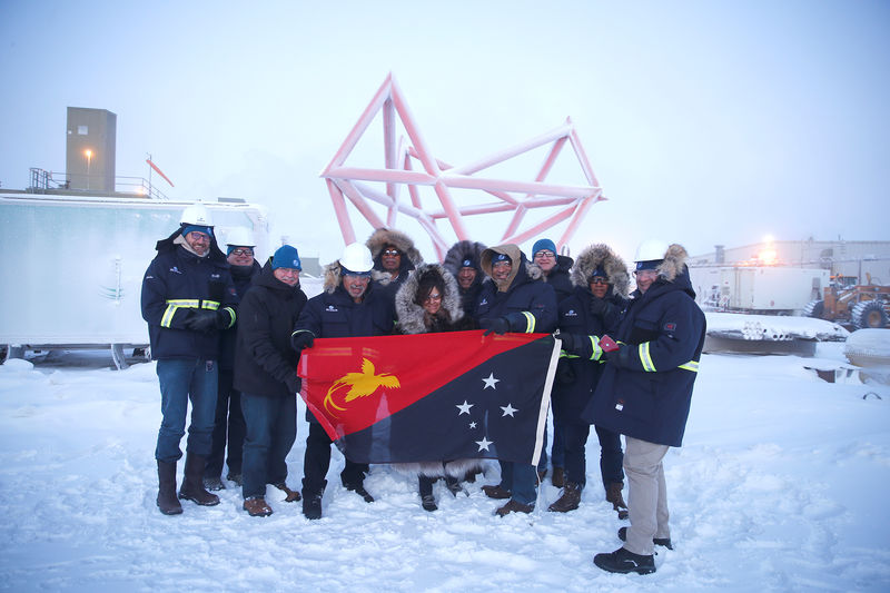 © Reuters. Participants pose for a photo with a Papua New Guinea flag during a stakeholder field trip to Oil Search facilities in Prudhoe Bay