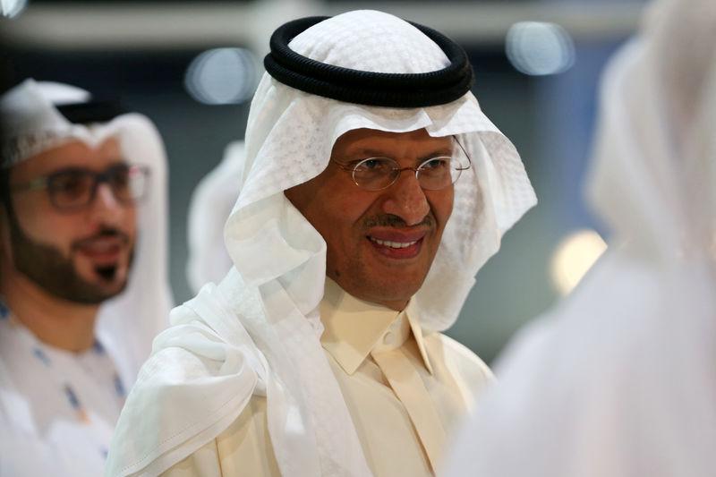 © Reuters. Saudi Arabia's new Energy Minister, Prince Abdulaziz bin Salman takes a tour at an exhibition during the 24th World Energy Congress in Abu Dhabi