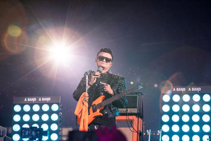 Tearful Ma bids Alibaba farewell with rock star show