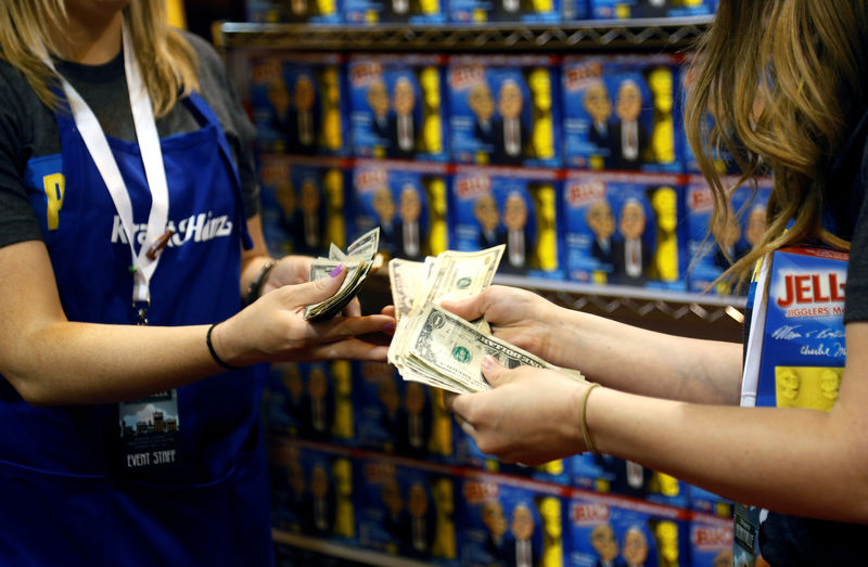© Reuters. FILE PHOTO: Workers at the Kraft Heinz booth count money at the shareholder shopping day in Omaha