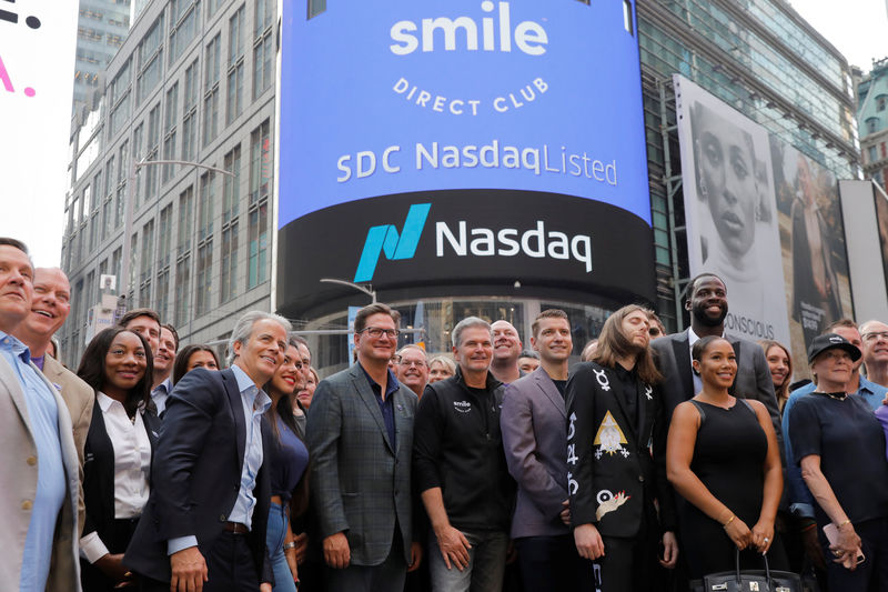 © Reuters. David Katzman (C), CEO of SmileDirectClub celebrates as the company debuts its IPO outside the Nasdaq MarketSite in New York