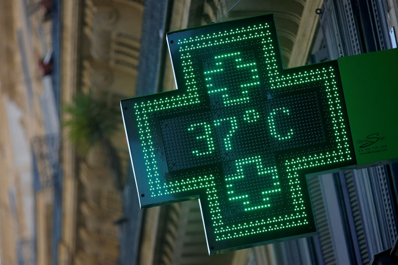 © Reuters. FILE PHOTO: A pharmacy sign displays a temperature of 37 degrees Celsius in Marseille as a heatwave hits much of the country