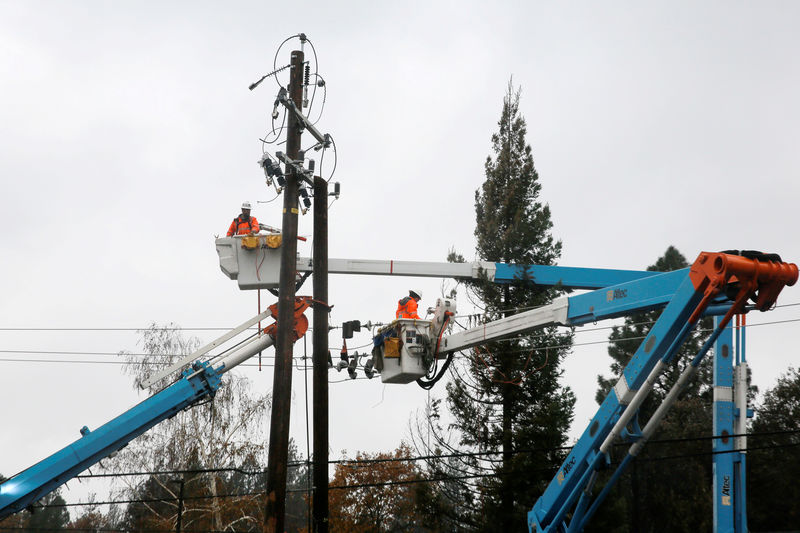 © Reuters. FILE PHOTO: PG&E crew work on power lines to repair damage caused by the Camp Fire in Paradise,