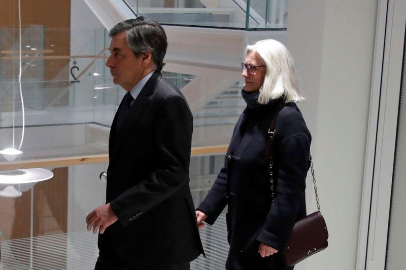 Le procès des époux Fillon reporté à mercredi