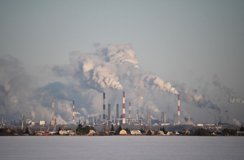 © Reuters. FILE PHOTO: A view shows the Gazprom Neft's oil refinery in Omsk, Russia