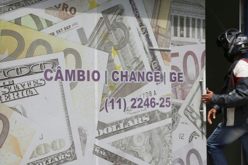 Dólar cai e real é destaque positivo no mundo em dia de atuação do BC