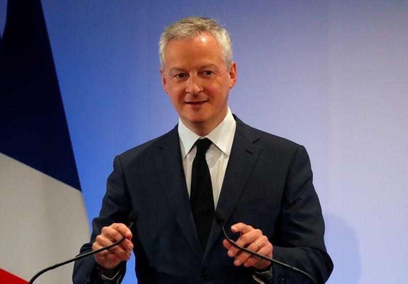 © Reuters.  FILE PHOTO: Bộ trưởng Tài chính Pháp Le Maire trao địa chỉ năm mới cho các chủ thể kinh tế
