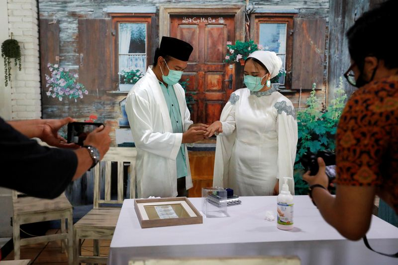 © Reuters. Muslim wedding ceremony amid spread of coronavirus disease (COVID-19), in Tangerang