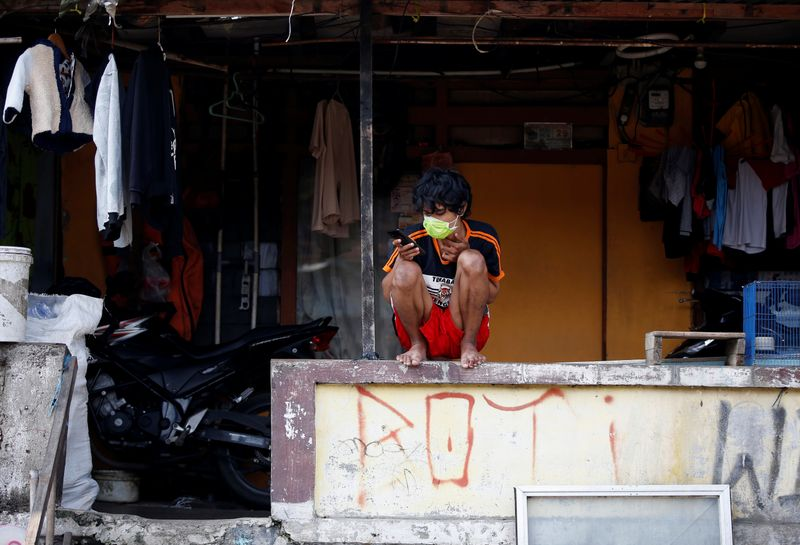 © Reuters. Government imposes large-scale social restrictions to prevent coronavirus disease (COVID-19) spread in Jakarta, Indonesia