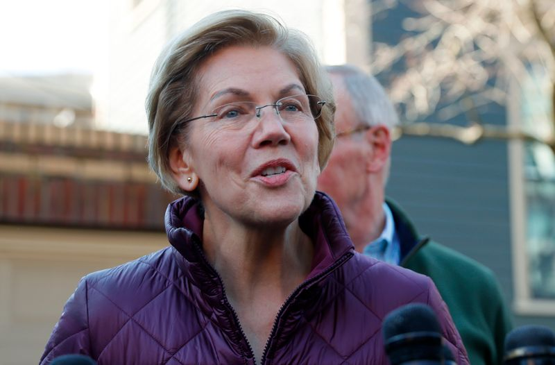 © Reuters. Senator Elizabeth Warren talks to reporters after telling her staff she is withdrawing from 2020 U.S. presidential race outside her home in Cambridge, Massachusetts