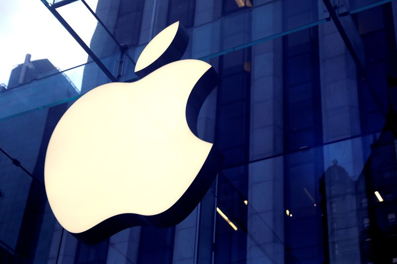 © Reuters. FILE PHOTO: The Apple Inc. logo is seen hanging at the entrance to the Apple store on 5th Avenue in New York