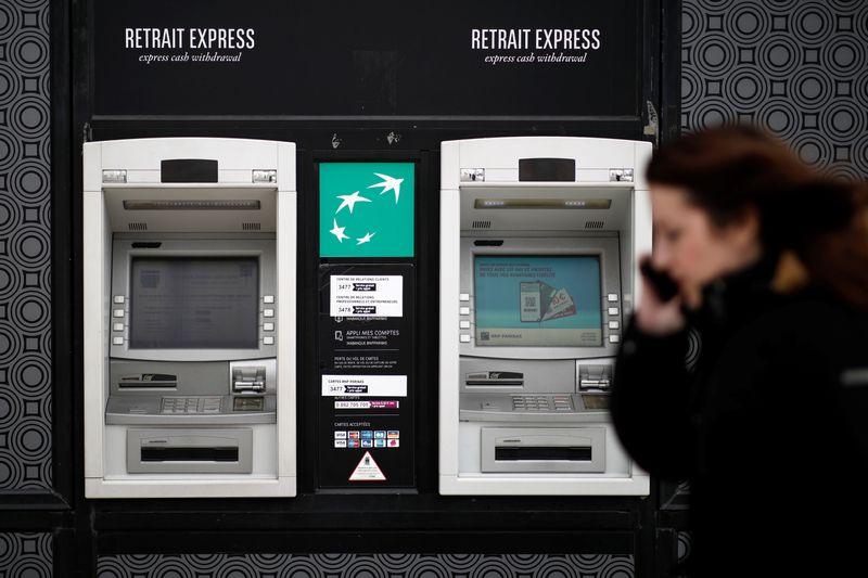 © Reuters. CORONAVIRUS: S&P ALERTE SUR LA SANTÉ FINANCIÈRE DES BANQUES FRANÇAISES