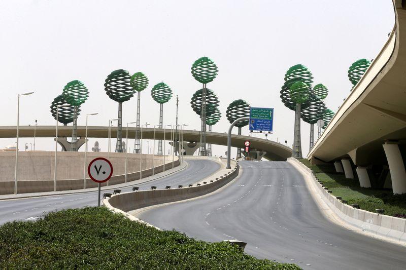 © Reuters. FILE PHOTO: Riyadh full lockdown to counter coronavirus disease (COVID-19)