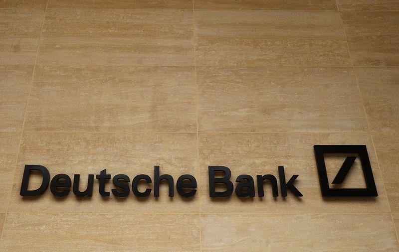 © Reuters. DEUTSCHE BANK BONDIT EN BOURSE APRÈS SES PRÉVISIONS POUR LE 1ER TRIMESTRE