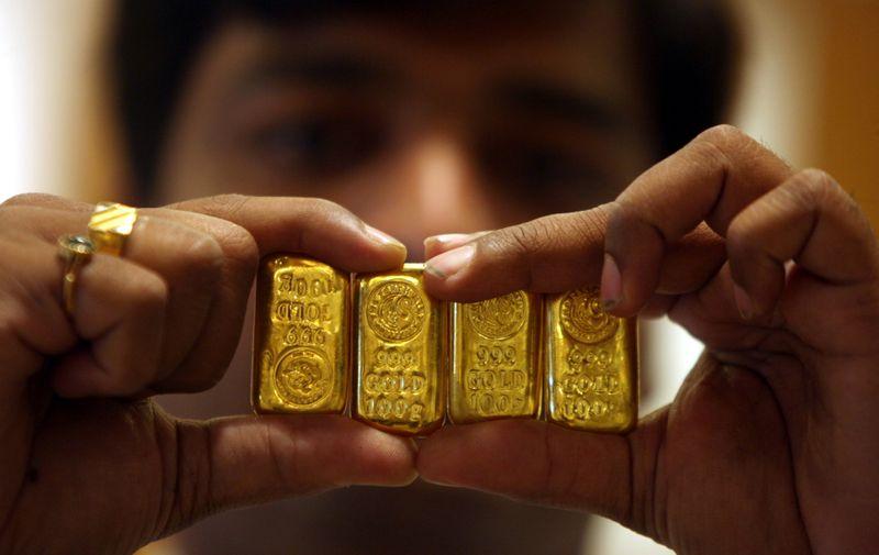 Золото дешевеет на фоне роста аппетита к риску из-за признаков ослабления карантина