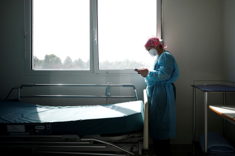 © Reuters. FILE PHOTO: Spread of the coronavirus disease (COVID-19) in Paris suburb