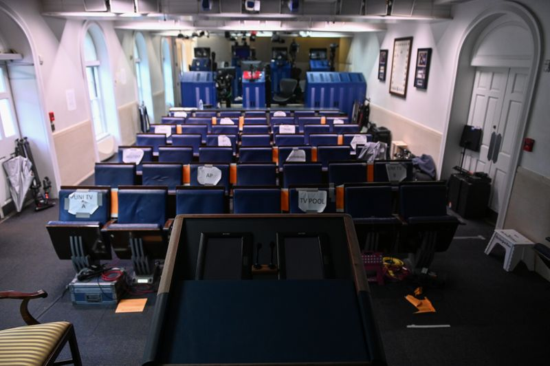 © Reuters. The White House briefing room is dark and empty after the coronavirus task force did not hold a briefing for the second day in a row in Washington