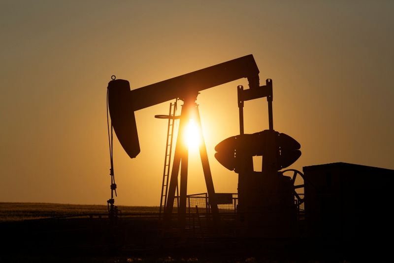 © Reuters. FILE PHOTO: An oil pump jack pumps oil in a field near Calgary