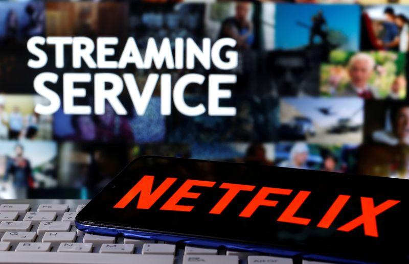 © Reuters. FOTO DE ARCHIVO: Un teléfono inteligente con el logotipo de Netflix se muestra en un teclado frente al