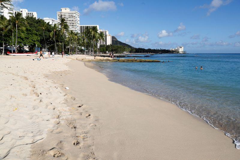 © Reuters. La plage de Waikiki est presque vide en raison du ralentissement de l'activité causé par la maladie des coronavirus (COVID-19) à Honolulu